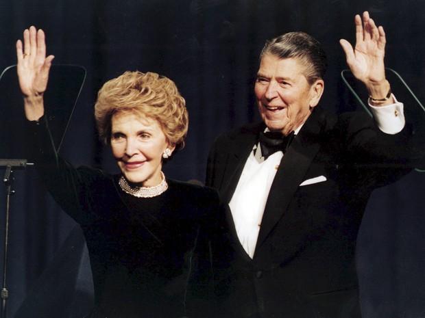 Foto de 1994 mostra o ex-presidente americano Ronald Reagan ao lado de Nancy Reagan em uma celebração de seu 83º aniversário em Washington  (Foto: Reuters/Mike Theiller)