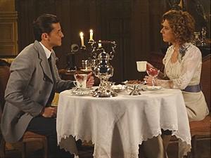 Umberto prepara um chá para Constância (Foto: Lado a Lado / TV Globo)