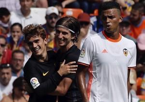 Griezmann comemora gol com Filipe Luís em Valencia x Atlético de Madrid (Foto:  EFE/Juan Carlos Cárdenas)