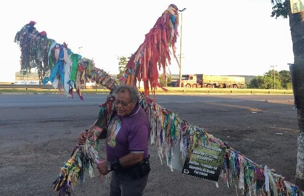 O pagador de promessa Pedro Guedes carrega uma cruz de 50 kg há 7 anos para pagar promessa em Trindade, Goiás (Foto: Vitor Santana/G1)