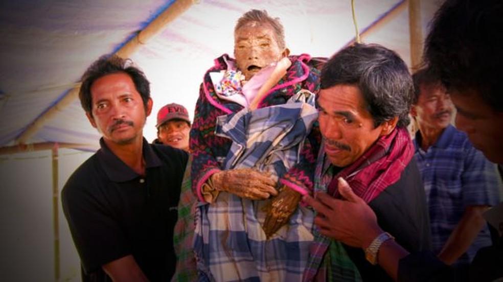 Ritual do ma'nene consiste em desenterrar corpos a cada dois anos  (Foto: BBC)