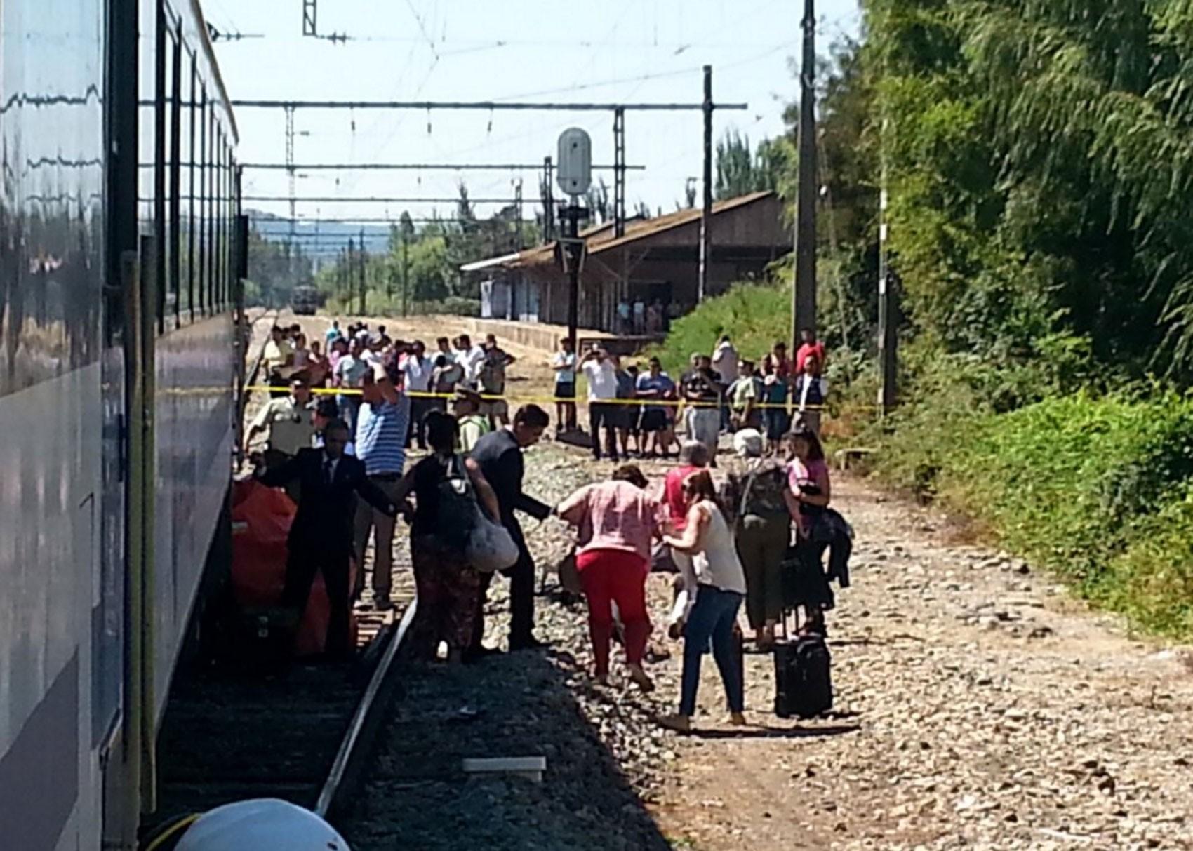 Trem é evacuado após colidir com carro no Chile (Foto: Reprodução/Twitter/Djofre)