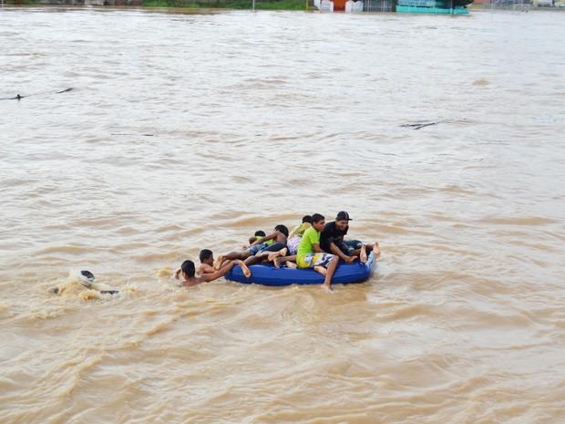 Crianças brincam com colchão de ar no rio (Foto: Duaine Rodrigues / G1)