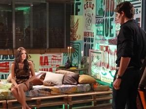 Cida encontra Conrado na festa. Que azar... (Foto: Cheias de Charme/ TV Globo)