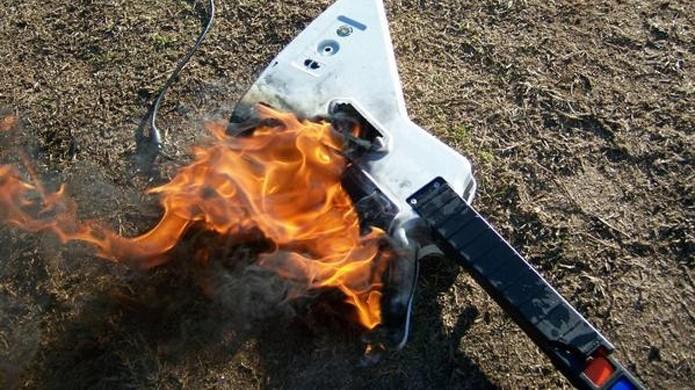 Incendiar uma guitarra de plástico de Guitar Hero é um tributo estranho a Jimi Hendrix (Foto: Reprodução/Fake Plastic Rock)
