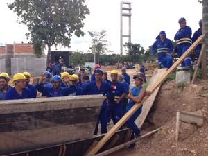 Trabalhadores param obra no COT da UFMT (Foto: Marcos Landim/TVCA)