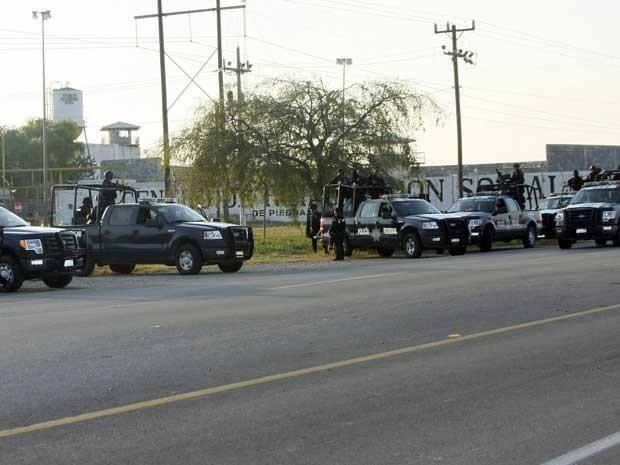 Equipes da Polícia Federal mexicana em frente à prisão de Piedras Negras. (Foto: Adriana Alvarado / AP Photo)