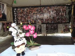 Flores sobre mesa na tenda onde pais de vítimas se reúnem em Santa Maria (Foto: Felipe Truda/G1)