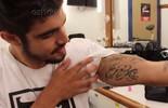 Caio Castro mostra bastidores da nova tatuagem de Grego (TV Globo)