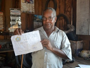 Marcelino com o certificado de conclusão do ensino médio (Foto: Paula Casagrande/G1)
