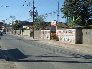 Ciclovia da Rua Gabriel Bernardes muda de lado da pista várias vezes. (Foto: Mariucha Machado/G1)