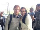 Ed Sheeran faz fotos com fãs ao deixar o Brasil após show