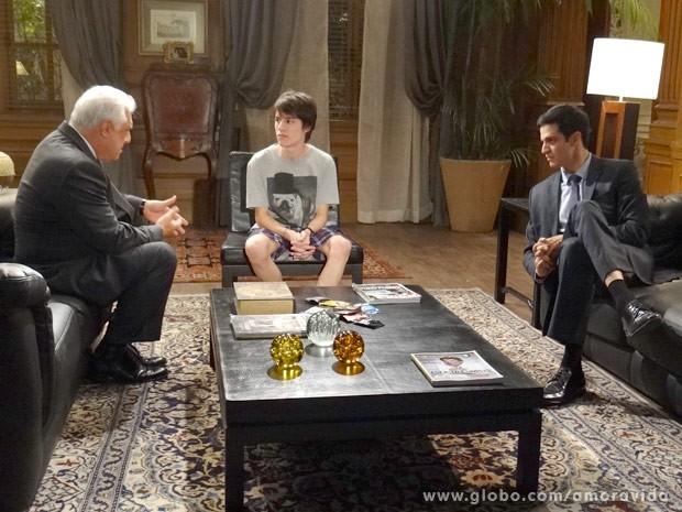 César e Félix chamam Jonathan para conversar (Foto: Amor à Vida / TV Globo)