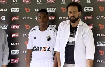 Robinho é apresentado usando  a nova camisa 2 do Atlético-MG