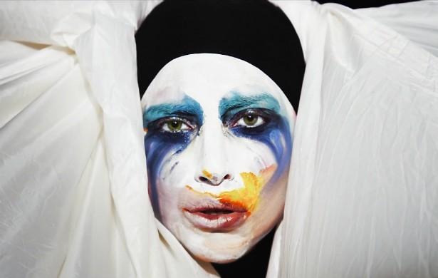 """Tudo bem que 'ARTPOP' foi lançado no fim de 2013, mas foi ao longo de 2014 que o álbum de Lady Gaga se mostrou um fiasco — não tanto em termos comerciais, já que a cantora tem uma enorme base de fãs, mas em comparação com outras """"divas do pop"""". Gaga comeu poeira e, conforme ela mesma disse, entrou em depressão e precisou começar a se medicar. Apesar da fase ruim, ela está dando a volta por cima à sua maneira: gravou um álbum inteiro com a lenda viva do jazz Tony Bennett e já declarou que pode abandonar a dance music de vez. Será? (Foto: Divulgação)"""