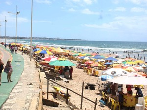 Movimentação de banhistas e turistas na praia de Itapuã, em Salvador (BA) (Foto: Hálice Freitas/Futura Press/Estadão Conteúdo)