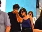 Grávida, Deborah Secco embarca com o namorado no Rio