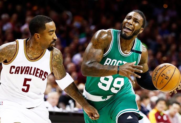 Jae Crowder, do Boston Celtics, é marcado por JR Smith, do Cleveland Cavaliers (Foto: Getty Images)