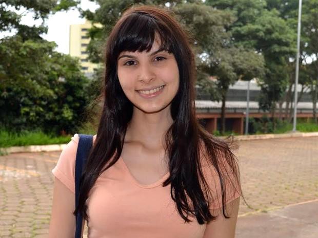 Camila Rigo acredita que fazer carinho no coelho dela dá sorte (Foto: Luana Marques/G1)