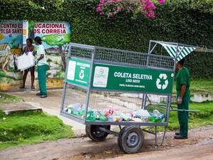 Os catadores coletam os resíduos secos semanalmente nas residências (Foto: Jonathan Lins/G1)