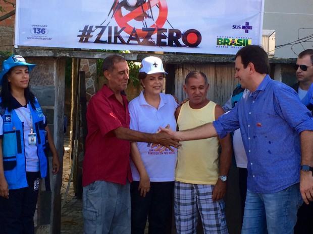A presidente Dilma Rousseff, durante visita a uma comunidade do Rio de Janeiro no Dia Nacional de Mobilização contra o Aedes aegypti (Foto: Henrique Coelho/G1 Rio)