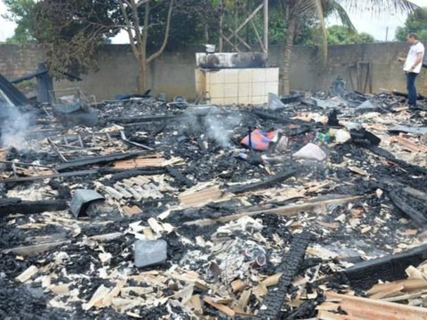 A casa da família ficou totalmente destruída pelas chamas do incêndio. (Foto: Edson Nascimento-TBN/Arquivo Pessoal)