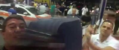 Robertinho derrubou o celular de Flavio Daher com a mala (Foto: Reprodução)