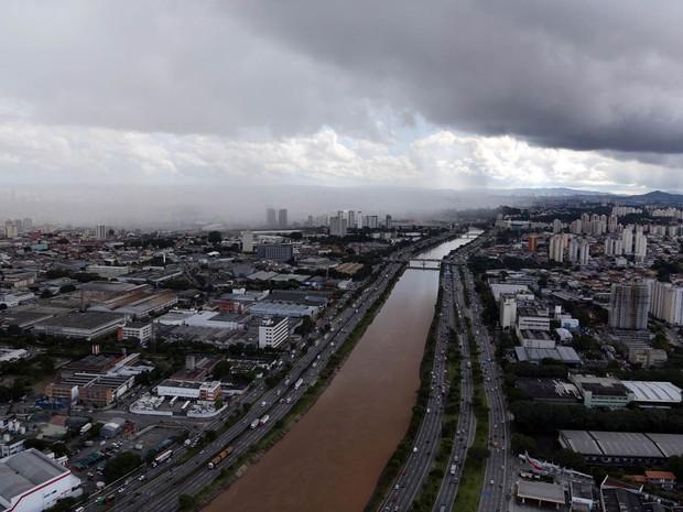 Chuva cai sobre prédios à margem do rio Tietê em São Paulo (Foto: Paulo Whitaker/Reuters)