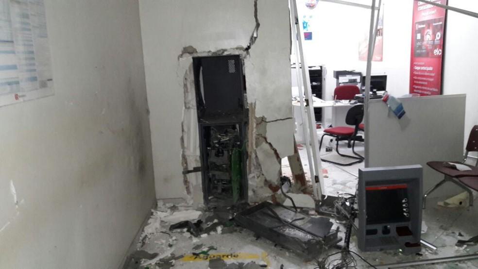 Com a explosão, agência bancária em Caraúbas ficou parcialmente destruída (Foto: Notícias da Serra )