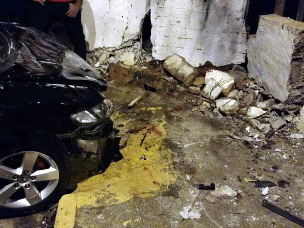 Carro só parou após bater em um muro (Foto: Dimas Gonçalves Xavier Junior )