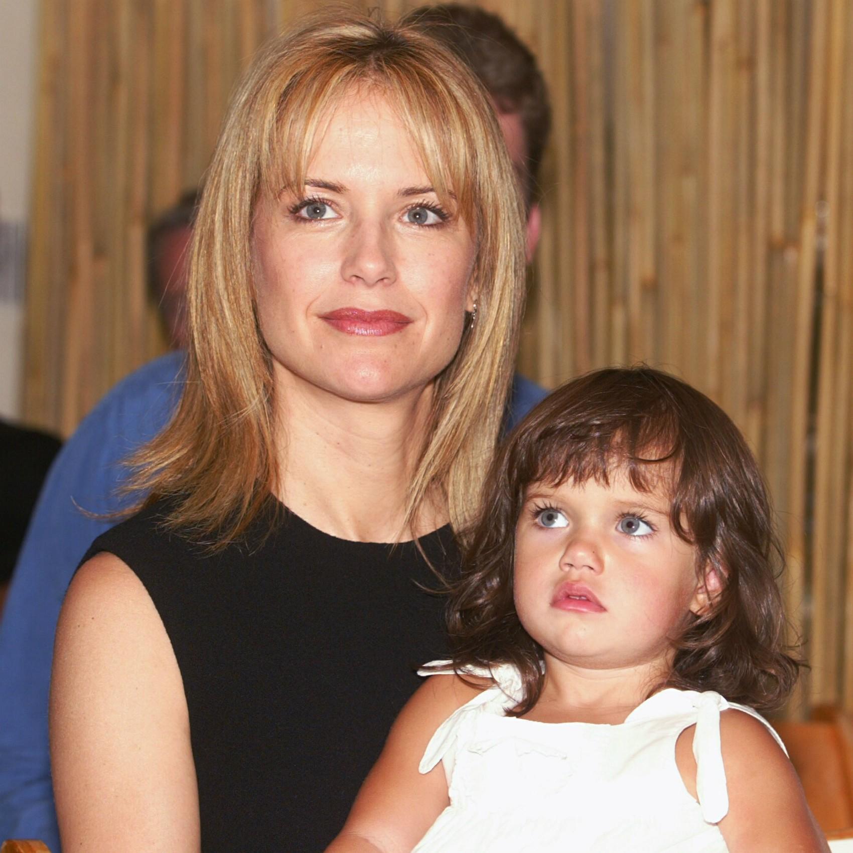 A atriz Kelly Preston, esposa de John Travolta, deu à luz os primeiros dois filhos em casa. Na foto, ela aparece com a do meio, Ella Bleu. O primogênito, Jett, morreu em janeiro de 2009, aos 16 anos, com um ataque epiléptico. (Foto: Getty Images)