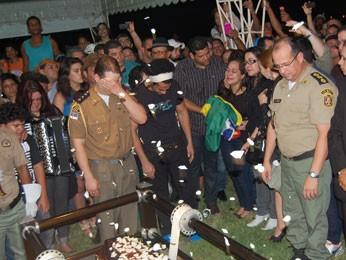 Policial militar se emociona durante o sepultamento de Dominguinhos (Foto: Priscila Miranda / G1)