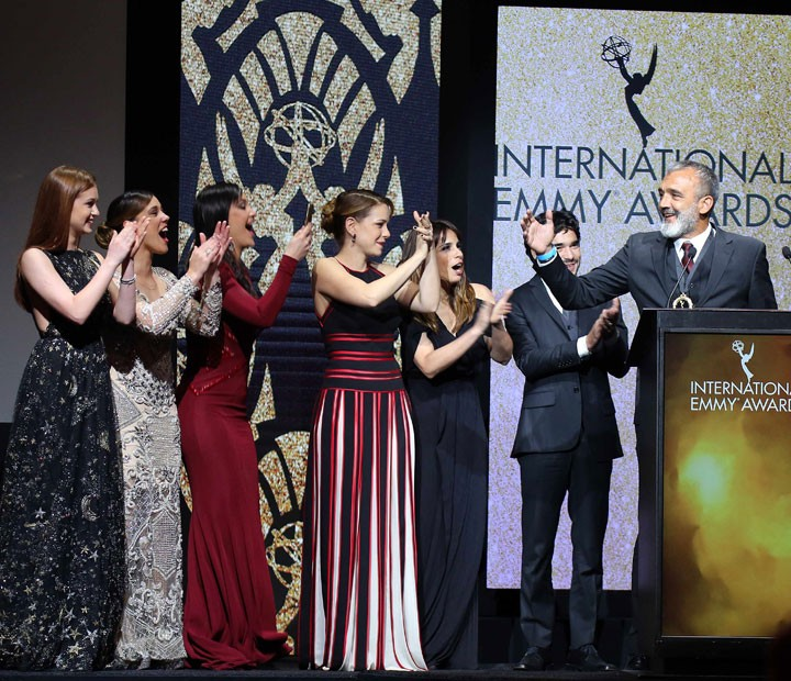 Elenco de 'Império' subiu ao palco om Papinha para receber o Emmy Internacional (Foto: TV Globo/ Luiz C. Ribeiro)