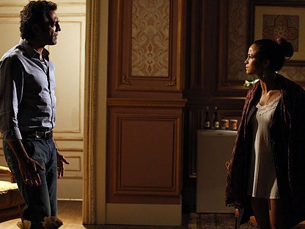 Morena conta a Zyah que foi enganada (Foto: Salve Jorge/TV Globo)