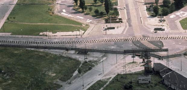 Imagem feita desde o lado Ocidental mostra o muro e, atrás dele, uma faixa de areia, cercas e barreiras para carros, deixando claro que o objetivo era impedir a aproximação pelo lado oriental  (Foto: AP)