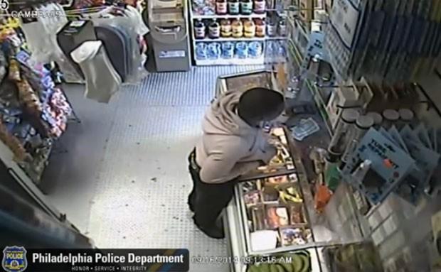 Homem usou banana para roubar loja (Foto: Reprodução/YouTube/PhiladelphiaPolice)