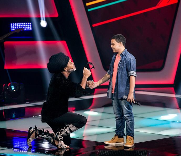 Carlinhos Brown conversa com Ryandro Campos no palco do The Voice Kids (Foto: Isabella Pinheiro/Gshow)