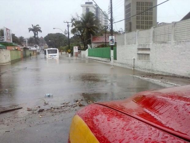 Passageiros que estavam no ônibus foram resgatados de barcos pelo Corpo de Bombeiros (Foto: Divulgação/Corpo de Bombeiros)