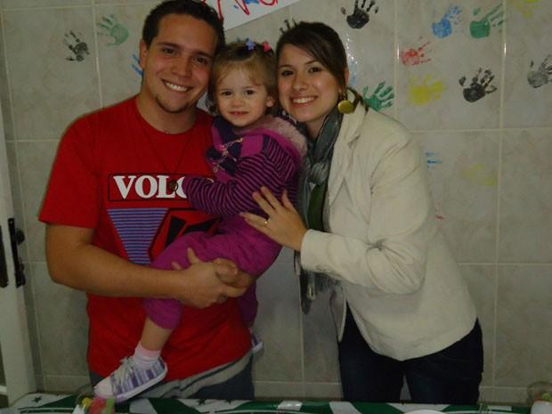 Quase cinco anos após o acidente, Juliano leva uma vida normal com a esposa e a filha de 2 anos (Foto: Arquivo pessoal)