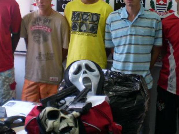 Com o grupo, a polícia encontrou máscaras, armas e capuzes (Foto: Polícia Civil/Divulgação)
