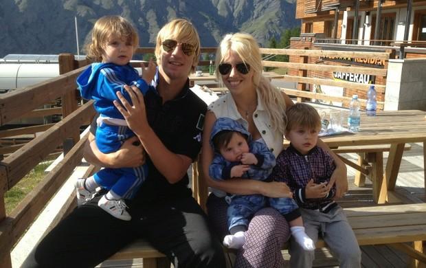 Maxi López e Wanda Nara com os três filhos (Foto: Reprodução)