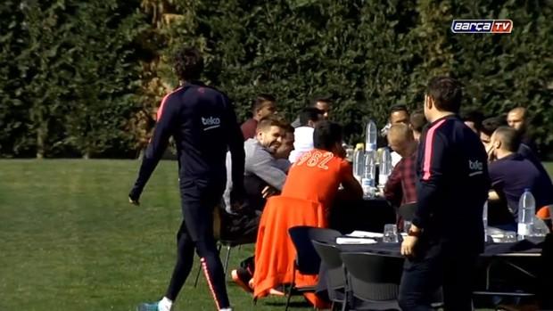 Jogadores do Barça confraternizam