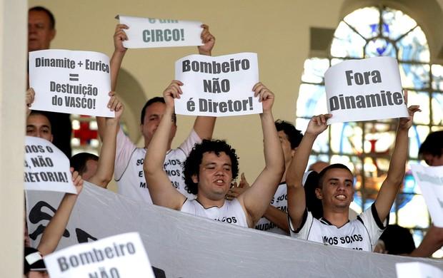 torcida do Vasco protesto São Januário (Foto: Thiago Lontra / Agência O Globo)