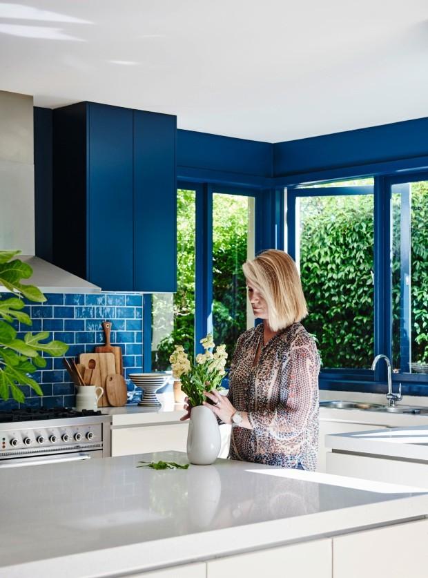 Detalhes. A tinta escolhida é a Hague Blue, da Farrow and Ball. O vaso de cerâmica foi garimpado (Foto: Lisa Cohen / Living Inside)