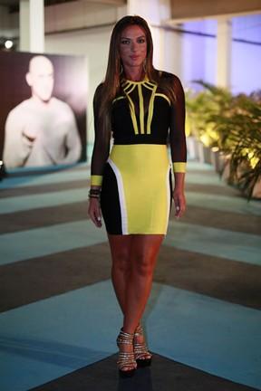 Nicole Bahls em espetáculo na Zona Oeste do Rio (Foto: Isac Luz/ EGO)