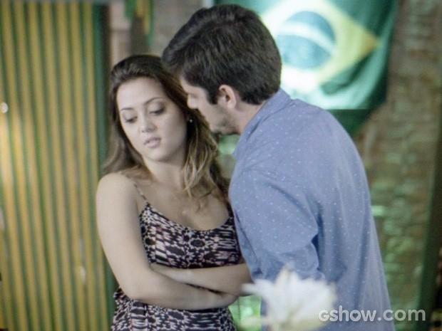 André se aproxima de Bárbara para beijá-la e ela vira o rosto (Foto: Em Família/TV Globo)
