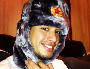 Carlos Eduardo posa com chapéu de pele para fugir do frio (Foto: Reprodução/Instagram)