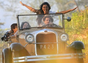 Gabriela abre braços e finge voar em automóvel (Foto: Gabriela/TV Globo)
