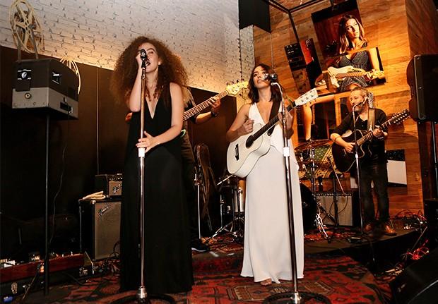 As integrantes do duo Anavitória fazem pocket-show no evento (Foto: Manuela Scarpa e Iwi Onodera/ Brazil News)