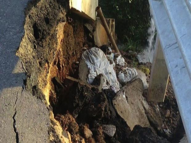 Asfalto da ponte está danificado  (Foto: Reprodução/TV Sergipe)